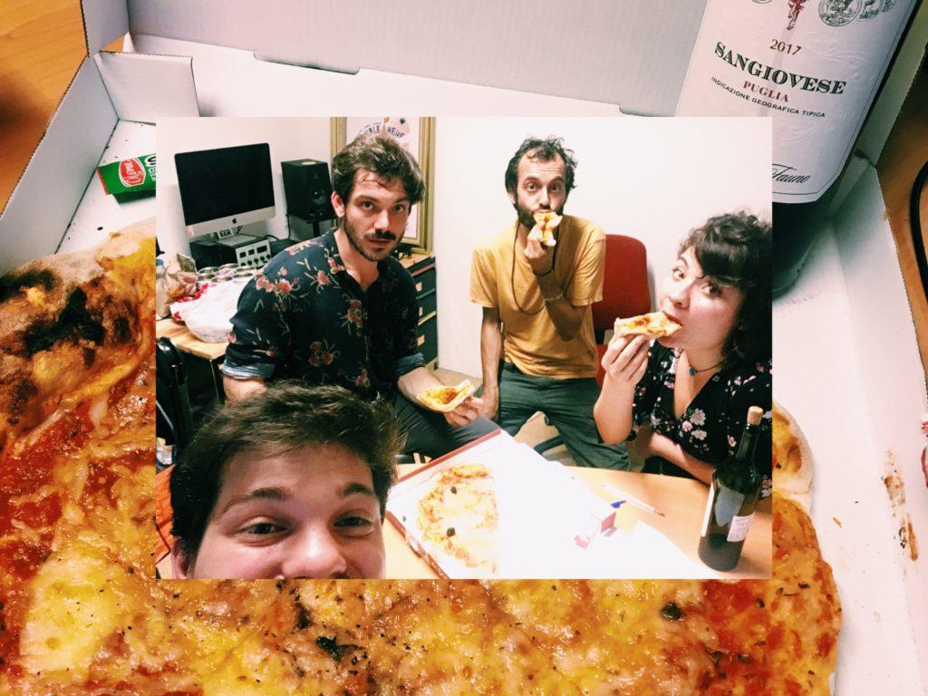 L'equipe de Mavi Balina mange une pizza sur Radio Bam